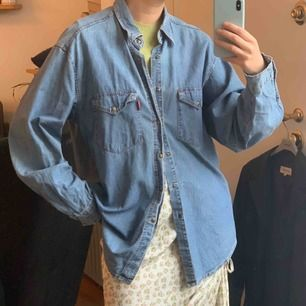 Vintage jeansskjorta som säljs billigt pga två knappar är påsydda samt lite blekna fläckar på ryggen (vilket knappt syns då det endast ger en vintage look) frakt 59kr. Står ingen storlek
