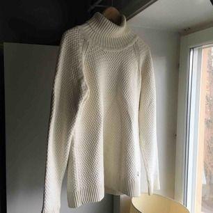 Perfekta oversize tröjan. Super mysig stickad polo tröja i bomull. Bra kvalite och märke ✨ Står strl XL men skulle säga som L