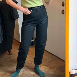 Svarta raka jeans från & other stories. Storlek 25, frakt är inräknat i priset! Jag är 173 cm lång och har storlek 36.