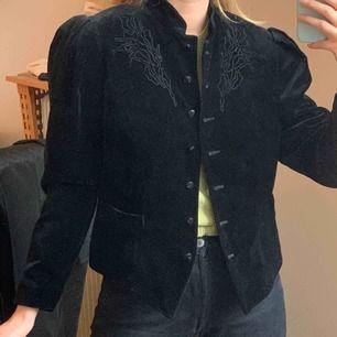 Unik vintage betty barclay jacka/kavaj/tröja i sammet och puffiga axlar. Står storlek 40 och sitter lite oversized på mig med storlek 36. Frakt ingår i priset!