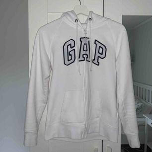 Vit kofta med huva från GAP. Endast använd några få gånger. Superskön och minimalistisk som passar till allt! Köpare står för frakt. Kan även mötas upp i Kalmar.