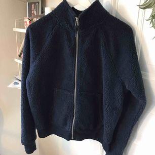 Fin mörkblå pilé jacka /tröja från hm Strl S Aldrig använd Skickas spårbart via post nord 63kr köparen betalar frakten