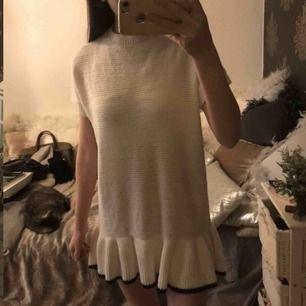 Jättefin klänning från Zara fancy collection. storlek 13/14 år 164cm (xs/s). Säljer pga har två. Skärpet följer inte med. Tecken på användning i tyget då den är stickad, men inget man tänker på. Fraktkostnad tillkommer