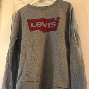 Fin grå collagetröja från LEVIS Strl S men lite stor i storleken så passar säkert en M lika bra.  Knappt använd  Spårbar frakt via postnord 63kr köparen betalar frakten