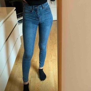 Jeans från Pull&Bear som sitter som en smäck. Köpt av en annan här på plick men säljer nu för jag har köpt ett par liknande. Sitter hur bekvämt som helst på!
