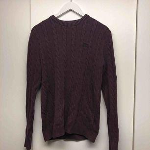 Vinröd tröja från Henri Lloyd strl L men sitter som M. cond - 6/10 Säljer för att den är för liten för mig
