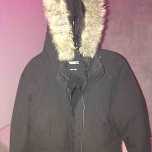 Säljer en tjock Everest jacka med fakepäls. Den är i väldigt bra skick, inga hål eller andra defekter. Den har muddar vid armslut och längst ned. Storlek 36, passar M och S. Kan frakta, köpare betalar frakt.