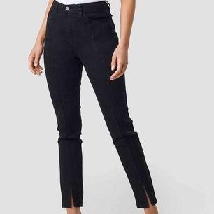 Säljer dessa populära na-kd jeans i svart. Köpta här på plick. Fint skick men förstora för mig som i vanliga fall har 32-34💓💓💓