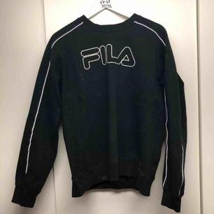 Fila sweatshirt strl L men sitter mer som M Cond - 8/10  Modellen på bilden är 185 cm  Säljer pågrund av att den är för liten för mig