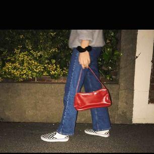 Säljer denna röda väska då den inte kommer till användning :))) Använd ett fåtal gånger och funkar prima!!