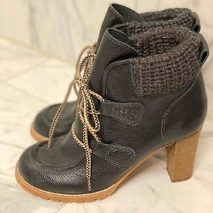 Dom klassiska See by Chloe boots.  Är i riktigt god skick, var använda bara 2 gånger.  Super bekväma, klacken är lagom hög.  Passar super bra till klänningar, kjolar och byxor.