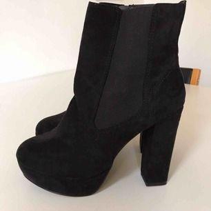 Nya/oanvända svarta högklackade boots, står stl41 i men säljer som stl40 då dom är mindre och passar mig som har 40. Hämtas i Bromma eller kan även mötas i närheten, annars står köparen för frakt. Swish