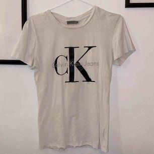 En t-shirt från Calvin Klein. Storlek XS. Vid snabb affär kan jag stå för frakten :)