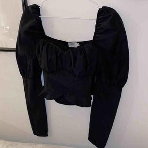 Jättefin och trendig tröja från Nakd! Tyvärr för liten för mig :( storlek 36! Helt ny! Vid snabb affär kan jag tänka mig stå för frakt.