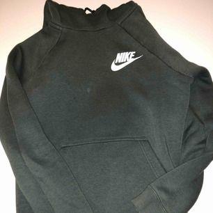 Mörkgrön hoodie från Nike i storlek S. Det finns en liten fläck på den. (se bild 1) köparen står för frakten.
