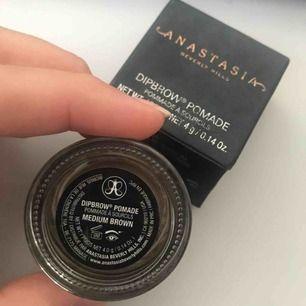 Helt ny Anastasia dipbrow köpt för 270 . Råka köpa fel färg den e ej använd.