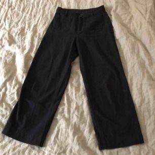 Modell wide trousers i färgen black magic. Säljs för 300 i butik. Kan mötas upp i Sthlm.