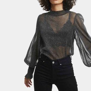 Jättesnygg glittrig tröja från Bikbok. Bara använd 1 gång på nyår så den är typ helt ny! Fler bilder kan skickas.