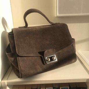 Väska i mocka ✨ så fin unik färg! ✨ fint skick då den är sparsamt använd ✨ kommer med avtagbar axelrem ✨ frakt 63kr spårbart