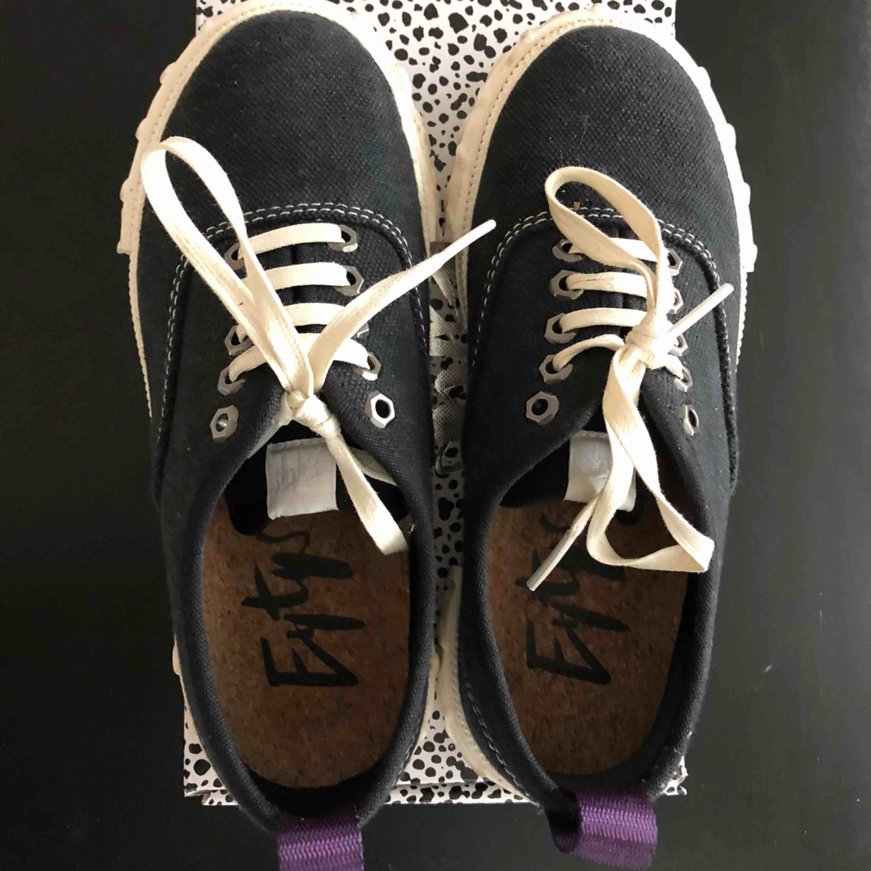 Eytys canvas skor i strl 37, knappt använda och i bra skick. Skor.