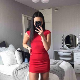 Superfin röd klänning i nyskick. Storlek 32 men passar en 34 också! Köpare står för frakt.
