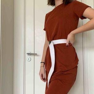 Midi klänning från weekday i en rostbrun färg. Använt 1-2 gånger och i topp skick. Original pris 300 kr. Kan mötas upp i Stockholm eller fraktas men köparen står för frakten!