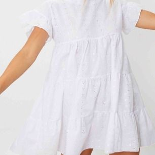 Supersöt vit klänning, passar storlek 32-36 beroende på hur man vill att den ska sitta. Helt oanvänd med prislapp kvar. Köpare står för frakt.