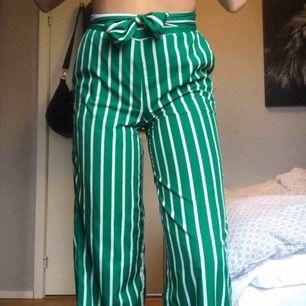 Världens snyggaste kostymbyxor!! Resårband i midjan.