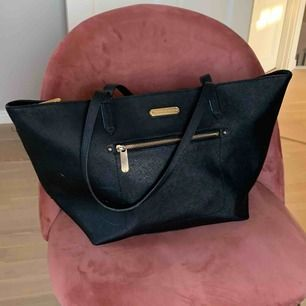 Läderväska från Victoria's secret, lite sliten men fortfarande sjukt snygg!