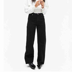 Raka super snygga jeans från monki! Är k storlek 25 & skulle säga passa en vanlig XS/S. Om man vill att dem ska sitta perfekt i längden så skulle ja säga att dem passar dem som är ca 170-175cm långa.