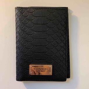 Victoria secret passport fodral/ går att använda som plånbok. Nästan nytt skick och används aldrig 💖