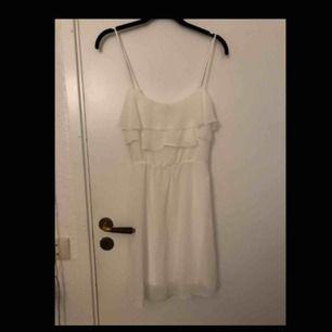 Enkel vit klänning med volanger, passar perfekt till studenten !!  Storlek 34/xs Aldrig använd, köpt här på plick förra året för 175 kr Frakt tillkommer 🤍
