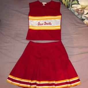 Supersöt cheerleader kostym köpt på plick förra året 💛❤️ Storlek 34/xs  Aldrig använd av mig, köpt för 225 kr, frakt tillkommer ❣️