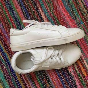 Skorna använda endast en gång men eftersom det var på studenten har de några få märken som syns på bilderna. Annars bra skick