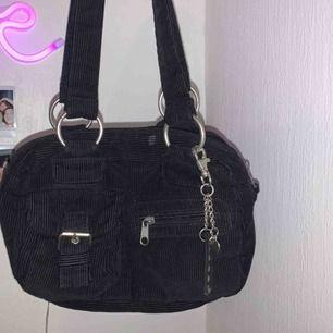 Köpt på secondhand för 120kr men aldrig någonsin använt den! Så sjukt söt väska som letar efter en ny ägare som kommer använda den! Buda ❤️
