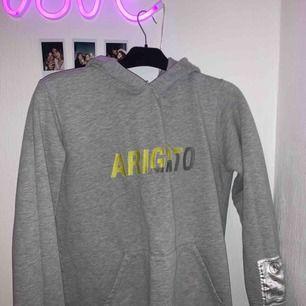 Säljer min Arigato hoodie som är använd max 5 gånger! Den är sjukt snygg men tröttnat, sitter lite tajt på mig är storlek M så skulle säga att det är en storlek S! Ogpris: 1300!