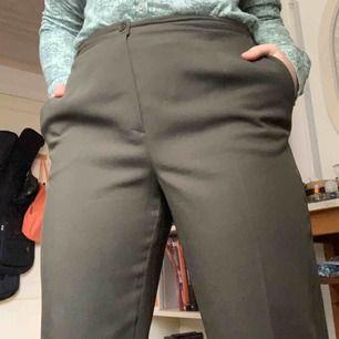 Gröna kostymbyxor i tunt linnetyg. De är raka i modellen som vanliga kostymbyxor och passar någon som är ca 160 cm lång. Går att justera lite med knappar i midjan så kan passa både 36 och 38. Fri frakt!