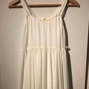 En så himla söt klänning från Ida Sjöstedt🦋 Den sälj inte mer och är köpt för 1200kr⭐️ Kan användas till, skolavslutning, student, kalas mm💜