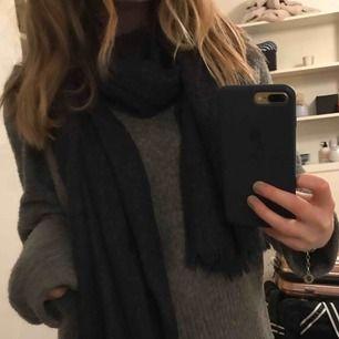 100% cashmere halsduk från Uniqlo i en grå/svart färg. Säljes pga har två likadana. Jätteskön och mysigt med grym kvalitet.  Ursprungspris 800 kr Säljes för 300 kr.  Kan fraktas eller mötas i Gbg