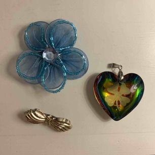 2 pins och 1 hjärta som kan fästas på en kedja och användas som halsband. 10kr/st eller alla för 20kr. Frakt tillkommer. Kontakta mig gärna vid frågor!🥰