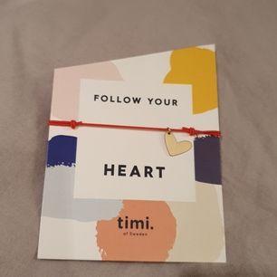 Ett rött stretcharmband men ett guldhjärta från hemsidan timi.se med ett gulligt citat. Helt oanvänt och skulle passa bra nu till alla hjärtans dag. Frakt tillkommer. Kontakta mig angående frågor, intresse osv. Betalning sker via swish.