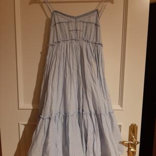 2 st jättefina klänningar. Båda köpta på Capri. Strl 36/38.  Ord pris ca 1000:- st. Nu 150:- st. Vid köp av båda 200:-