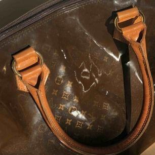 Supersnygg Louis Vuitton handväska köpt från humana, replika med brun PVC/ lack med guldigt LV print. Cond 8/10 lite av LV mönstret har försvunnit på vissa ställen. Frakt tillkommer på 66kr😗