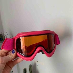 Fina skidglasögon från Everest. Jättebra skick, bara använda en skidsemester ⛷. Frakt: 22 kr
