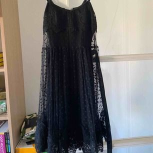 Ida Sjöstedt klänning från vårkollektionen '15. Endast använd en handfull gånger. Väldigt fint skick. Står M i klänningen, men är liten i storleken. Perfekt alternativ studentklänning!
