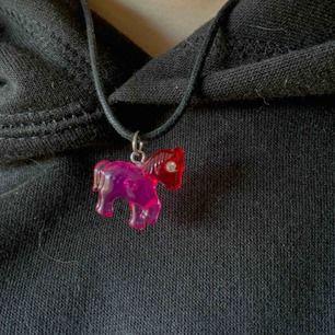 Halsband och armband set. Föreställande små gulliga färgglada hästar. Frakt tillkommer. Kontakta mig gärna vid frågor!🥰
