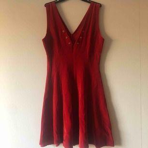 super cute skateklänning i röd sammet. slutar ovanför knäna . aldrig använd. priset är inklusive frakt.