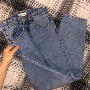 extremt snygga mom jeans från zara -storlek 34, xs -väldigt bra skick, använda 2 ggr - säljer för 170 ink frakt 🤍
