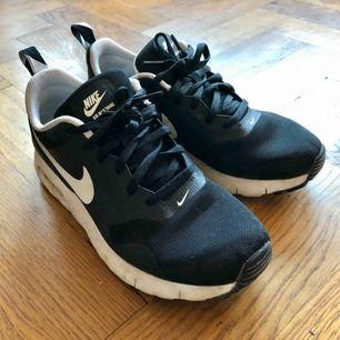 Nike air skor i fint skick. Sparsamt använda.