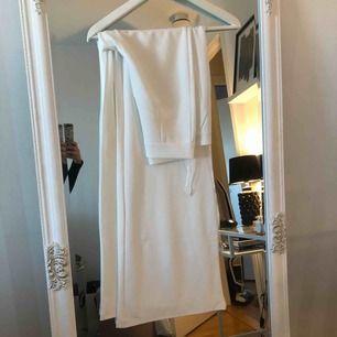 Vita kostymbyxor. Använda 1 gång under några timmar. så dom är i bra skick!  Nypris 399:-  FRAKT INGÅR EJ!!!!!